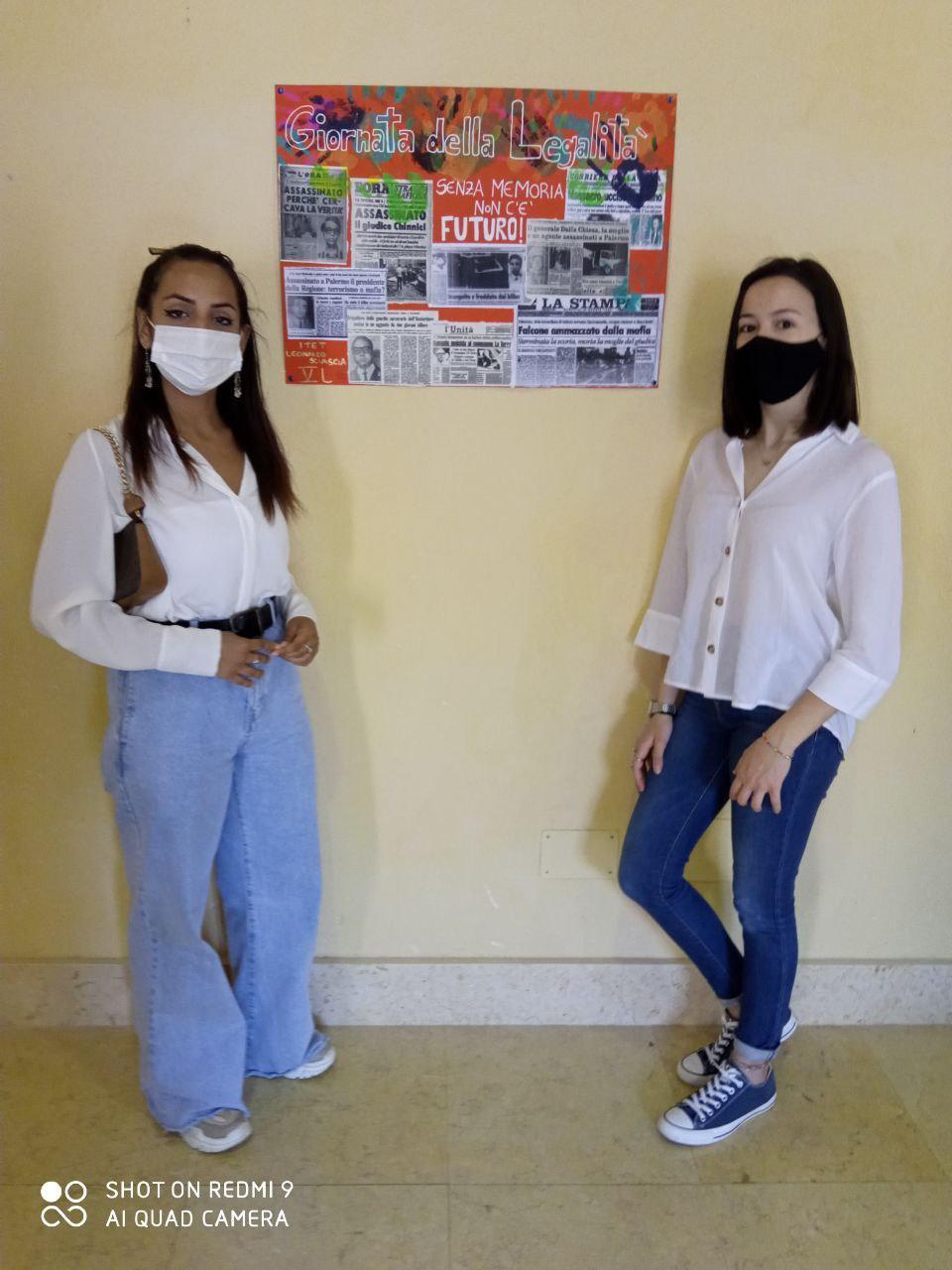 Le nostre alunne con il cartellone preparato dalla classe V L